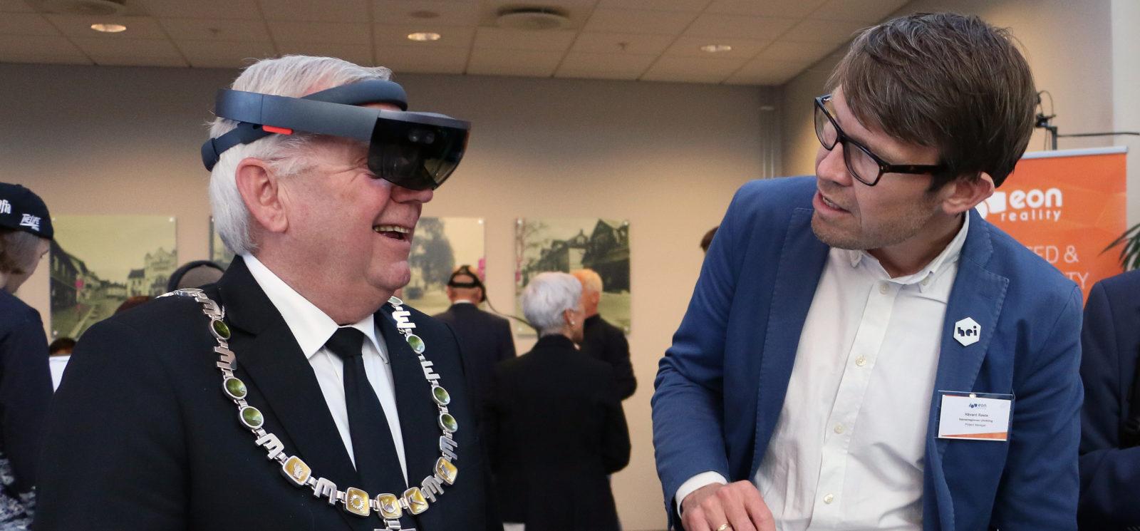 Elverum-ordfører Erik Hanstad tester HoloLens sammen med artikkelforfatteren (Foto: Elverum kommune/Kate Langsethagen)